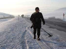 Mehmetçik, -20 derecede, karla kaplı yollarda mayın arıyor.7053