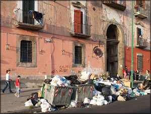 İtalya'daki çöp krizi şehirlerarası savaşa yol açtı.26534