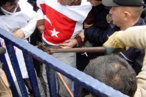 TEKEL çalışanları kendileini AK Parti İl binasına zincirledi.35511