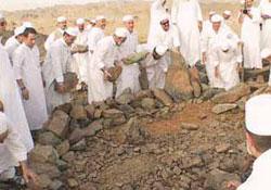 Hz. Amine'nin yerle bir edilen mezarını Türk hacılar buldu.16718