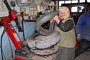 Çalışmanın yaşı yok! 70'lik nine lastik tamir ediyor.18160