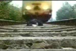 Mavi tren raydan çıktı.11045