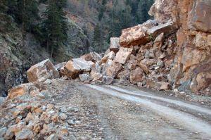 Suşehri-Zara karayoluna kaya düştü  .39021
