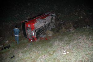 Servis minibüsü 25 metre derinlikteki şarampole devrildi.23719