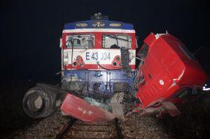 Trenin çarptığı araç hurdaya döndü.24627