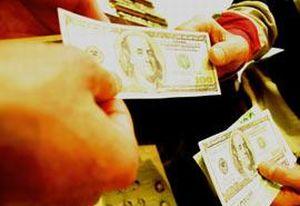 Havalimanında yolculara para dağıttı!.12413