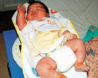 Annesinin ondördüncü çocuğu olarak, 6 kilo doğdu.10501