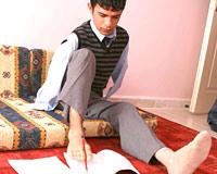 Ellerini kaybetti, kalem tutabilmek için protez kol istiyor.13165