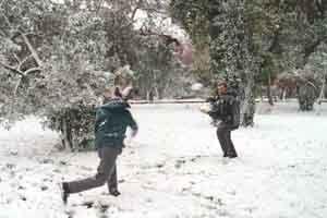 Kar yağışı vatandaşların yüzünü güldürdü.10076