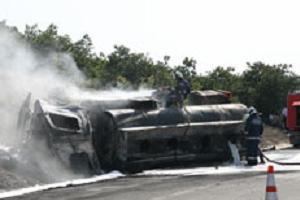 Yakıt yüklü tanker şarampole yuvarlandı.10515