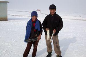 Geleceğin kayakçıları perde kornişiyle kayak yapıyor.23835