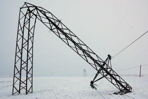Muş'ta fırtına nedeniyle elektrik direkleri devrildi.25699