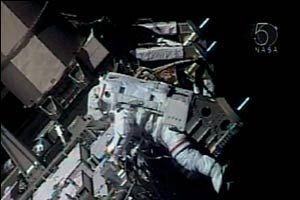UUİ astronotları istasyon dışında.12927