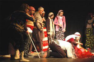 Edebiyat öğretmeni düğününde tiyatro sahneledi.15051