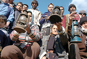 200 kişilik elektriksiz köyde gaz lambalı protesto.87139