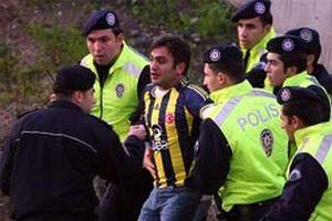 Kadıköy'de derbi maç öncesi taraftarlar birbirine girdi.15670