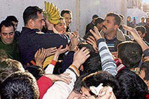 Adana'da eylemci çocuklara muz dağıtan polis konuştu.19927