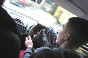 14 yaşınrdaki sürücü kaza yaptı: 8 yaralı.11000
