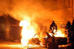 Bağcılar'da bir otomobil yandı.12126