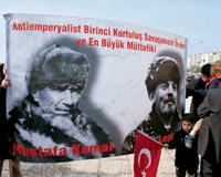 Laiklik yürüyüşünde Atatürk'le Lenin'in fotoğrafı yan yana.11661