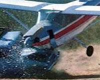 Uçak arabaya çarptı  .8690