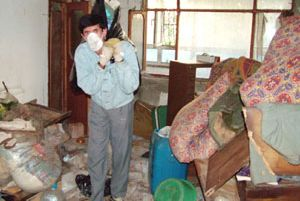 Denizli'de bir evden tam 7 kamyon çöp çıkarıldı.15646