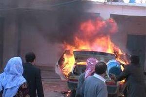 Şanlıurfa'da yanan bir aracı köylüler söndürdü.10225