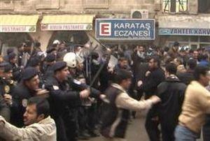 Şanlıurfa'da dükkanları mühürlenen esnaf, eylem yaptı.15795