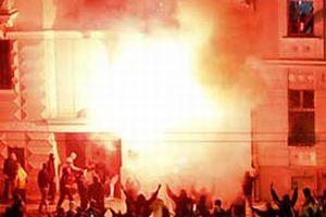 Belgrad'ta dükkanlar yağmalanıyor.11361