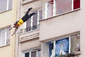 Genç kız balkondan düşerek öldü.13545