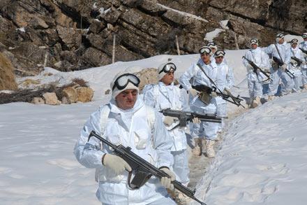 Sınırda 6 gündür nöbet tutan askerler yer değiştirdi.38668
