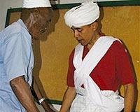 Obama'n�n Afrikada �ekilen foto�raf�n� bas�na s�zd�rd�lar.11439
