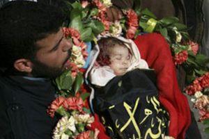 Filistinli bebek çiçeklerle uğurlandı.14856