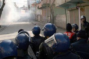 Van'da gerginlik tırmanıyor, göstericiler polise direniyor.11780
