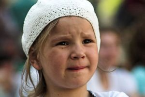 7 yaşında kız bıçak taşıyor.10032