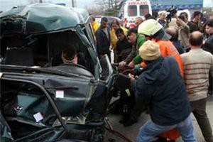 Araçta sıkışan sürücüyü kurtarma seferberliği.16007