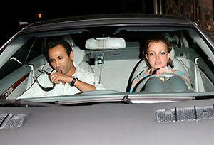 Britney kendi bahçesinde yakalandı.14524