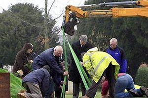 330 kiloluk İngiliz'in gömülmesi olay oldu.18894