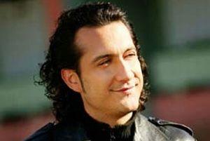 Şarkıcı Kıraç da tur altadı.8993