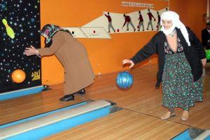 Nineler ve dedeler bowlingte kozlarını paylaştı.15153