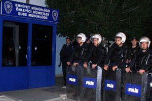 200 çocuk polis karakolunu taşladı.13161