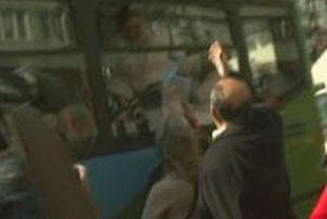 Gözaltıları protesto ederken, otobüse saldırdılar.7712