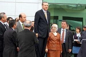 Erdoğan sehpanın üzerine çıktı.12736