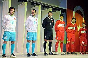 A Milli Futbol Takımının yeni formaları basına tanıtıldı.19716