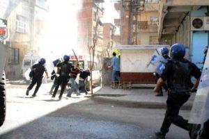 Diyarbakır'da göstericiler polise taş atarak saldırdı.14329