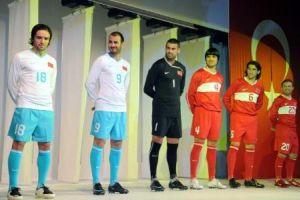 Yeni formalar, futbolcular tarafından basına tanıtıldı.14390