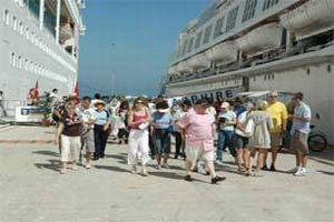 Sezonun ilk turist gemisi geldi.15031