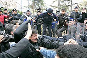 Ankara'da Meclis'e yürüyen sendikalar polisi taşladı.20570