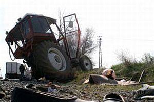 Afyonkarahisar'da traktör devrildi: 2 ölü, 6 yaralı.14407