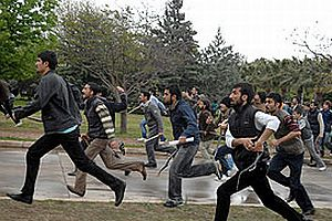 Öğrenci yurdunda PKK yanlıları Türk bayrağını yakmışlar!.24881